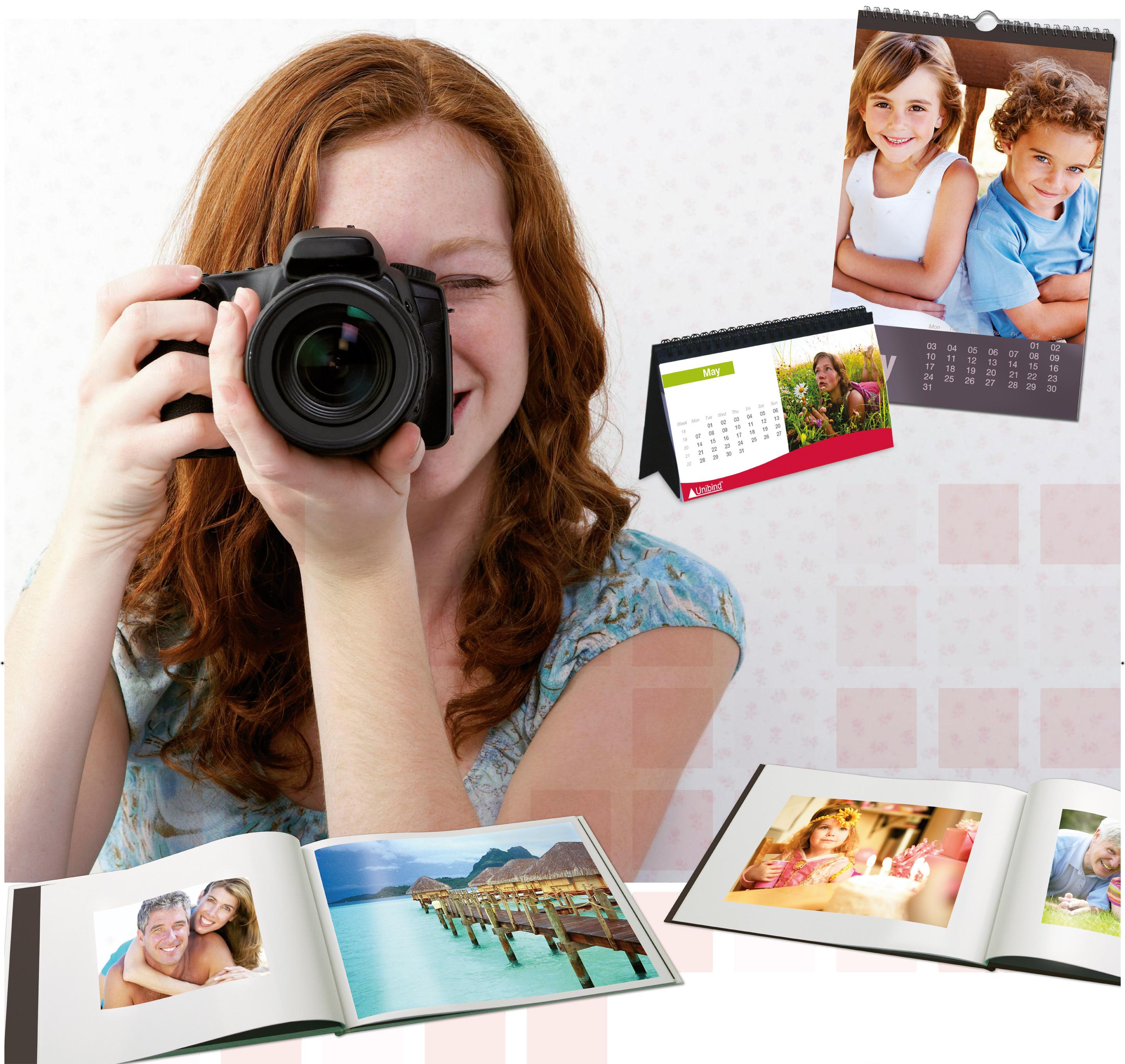 Publicité femme prenant une photo avec album photo Unibind